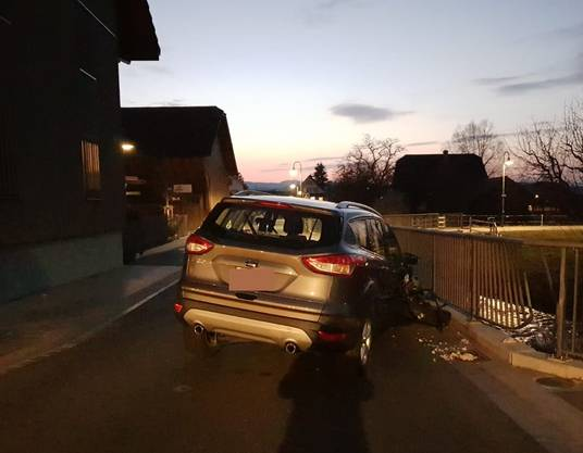 Die Kantonspolizei nahm dem Unfallfahrer den Führerausweis vorläufig zu Handen des Strassenverkehrsamtes ab.