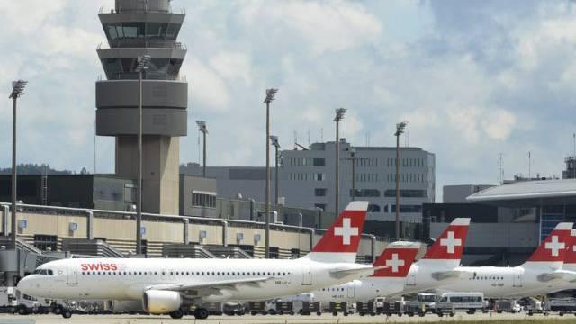 Der Tower und Flugzeuge der Swiss in Zürich (Archiv)