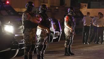 Jordanische Sicherheitskräfte in der Nähe der israelischen Botschaft in Amman, wo zuvor bei einer Schiesserei ein Mann getötet worden war.