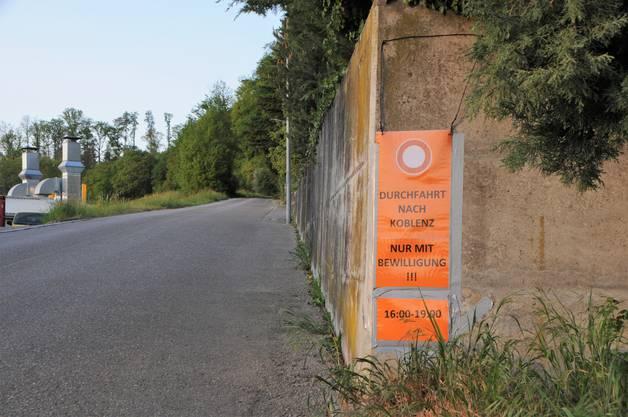 An der Zürigasse wird schon früh auf das Fahrverbot hingewiesen, das weiter oben auf dem Feld neuerdings gilt.