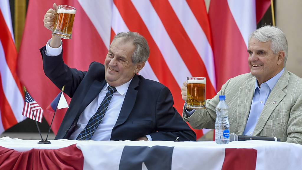 Milos Zeman,†Pr‰sident von Tschechien, und Stephen King, US-Botschafter in Tschechien, heben ihre Biergl‰ser bei einer Feier anl‰sslich des Unabh‰ngigkeitstags der USA am 04. Juli. Foto: VÌt ?im·nek/CTK/dpa