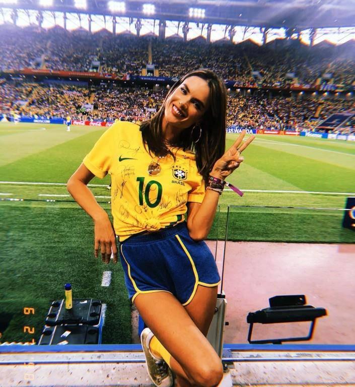 Zu Beginn der WM ist Alessandra Ambrosio mit Freundin Gisele nach Spartak gereist, um ihr Nationalteam zu unterstützen. (© Instagram)