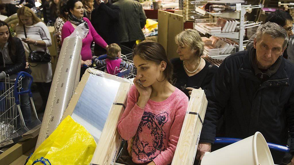 Auch in Russland beliebt: Warteschlange an einer Ikea-Kasse in Moskau. (Archiv)
