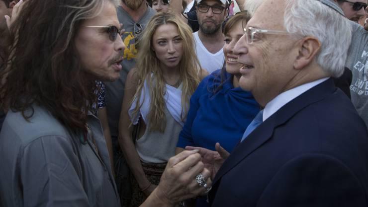 Was für ein Zufall: Aerosmith-Sänger Steven Tyler (l.) ist an der Klagemauer David Friedman, US-Botschafter in Israel, über den Weg gelaufen.