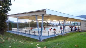 Massive Bauweise mit einer textilen Dachhaut: Das Spielfeld des Rollhockeyclubs in Gipf-Oberfrick ist seit dieser Saison gedeckt. chr