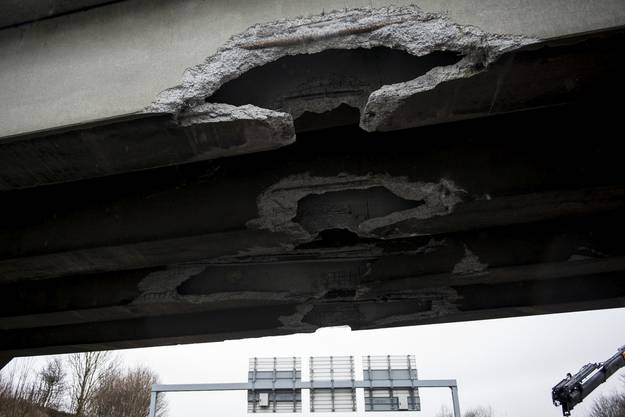 Die Brücke wurde durch den Unfall stark beschädigt.