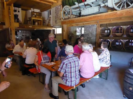Warten auf die Weindegustation bei Familie Keller in Hallau