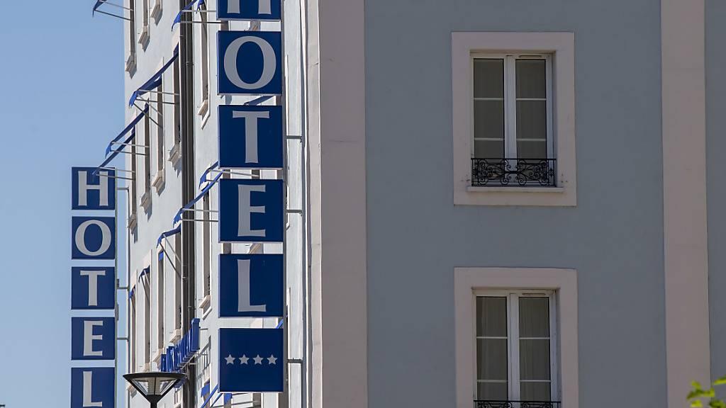 Sinkende Preise etwa für Hotelübernachtungen oder Reisen sorgen im September für eine weiterhin negative Jahresteuerung. (Archiv)