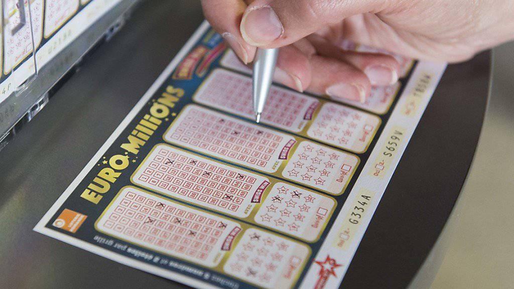 In der Schweiz wurden im letzten Jahr knapp 2,9 Milliarden Franken für Lotterien und Wetten ausgegeben. Am liebsten gezockt wird bei den Zahlenlottos «Euro Millions» und «Swiss Lotto». (Archivbild)