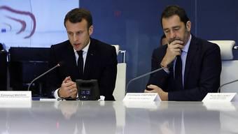 """Frankreichs Präsident Emmanuel Macron (Links) mit Innenminster Christophe Castaner bei einem Krisentreffen nach massiver Gewalt bei den jünsten """"Gelbwesten""""-Protesten."""