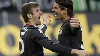 Bayern-Stürmer Mario Gomez (r.) umarmt Torschütze Thomas Müller