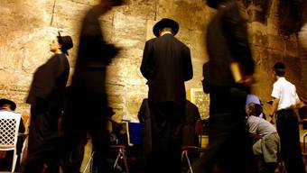 Bis zu 300 Gläubige dürfen angesichts einer Entspannung in der Corona-Krise wieder an der den Juden heiligen Klagemauer in der Jerusalemer Altstadt beten. (Symbolbild)