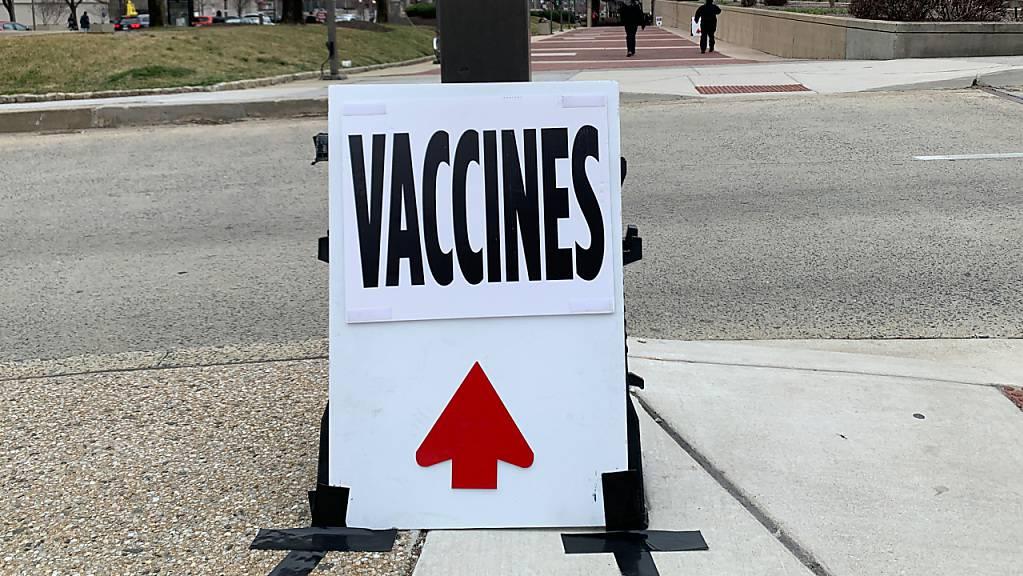 ARCHIV - Ein Schild mit der Aufschrift «Impfungen».        (Symbolbild) Foto: Lena Klimkeit/dpa