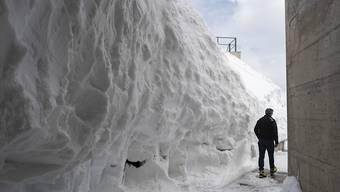 Gust Broger von der Säntisbahn ist unterwegs im Schnee auf dem Gipfel, aufgenommen am Freitag, 17. Mai 2019. Im Messbereich unter dem Gipfel liegen derzeit 680 Zentimeter Schnee, ein Rekord für die Jahreszeit. Die Schneehöhe wird nicht auf dem Gipfel gemessen, sondern unterhalb in einer Mulde.