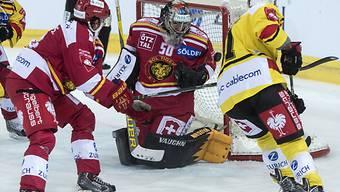 Tigers-Hüter Lorenzo Croce muss sich gegen Berns Rüfenacht wehren.