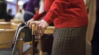Seniorinnen und Senioren sollen besser vor Betrügern geschützt werden. (Symbolbild)