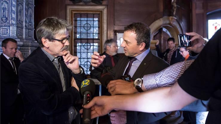 Sieger und Verlierer im Rathaus: Roberto Zanetti (links, SP) nimmt Gratulationen und Ratschläge von Walter Wobmann (SVP) entgegen. Hanspeter Bärtschi