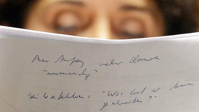 Die deutsch-türkische Schauspielerin Sascha O. Soydan liest die Erklärung vor