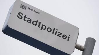 Schild der Zürcher Stadtpolizei vor der Hauptwache Urania (Archiv)