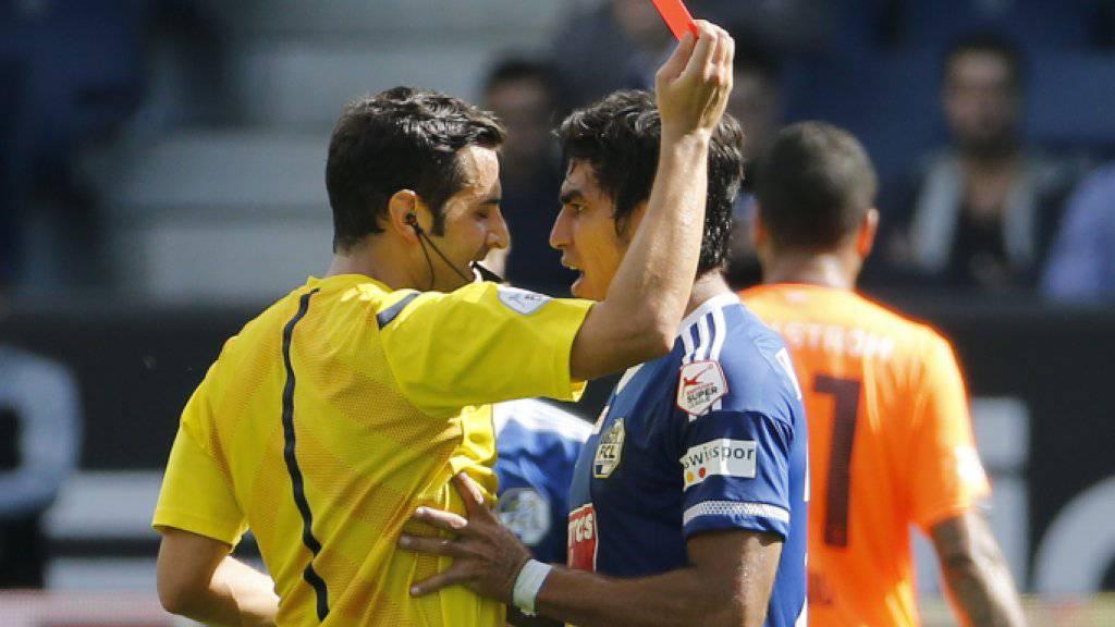 Der Luzerner Dario Lezcano erhält die Rote Karte von Schiedsrichter Fedayi San.