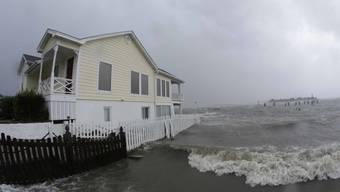 Winde und Hochwasser umgeben ein Haus in Swansboro im US-Staat North Carolina.