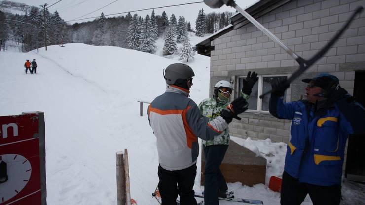 Saison hat begonnen: Otto Fischer reicht am Skilift Balmberg wieder die Bügel (Archivbild).