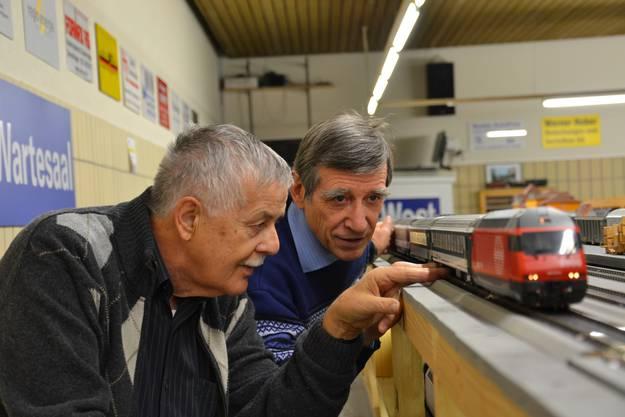 Werner Baumgartner (vorne) und Max Tschumi sind Modelleisenbahner mit Leib und Seele