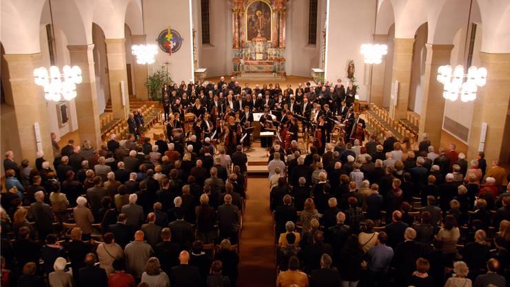 Gemeinsame, stille Standing Ovation von Darbietenden und Publikum für die Opfer – aber auch für Orchester, Chor, und Solisten.