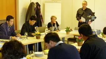 Stiftungsratspräsident Kurt Boner (stehend) informiert die Gäste aus China über Leben und Arbeit in der Alterssiedlung Grenchen.  tru