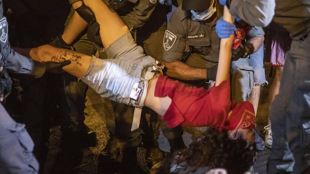 In Jerusalem verhaftet die israelische Polizei einen regierungskritischen Demonstranten. Foto: Ariel Schalit/AP/dpa