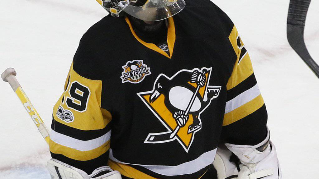 Marc-André Fleury, Goalie der Pittsburgh Penguins, schaut nach dem 4:0, das er gerade kassiert hat, auf die Anzeigetafel