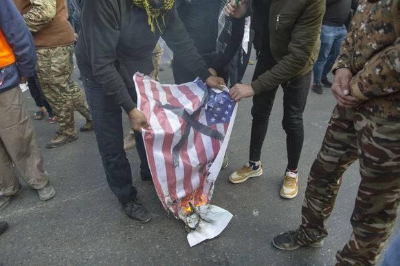 Bei den Protesten wurden US-Flaggen verbrannt.