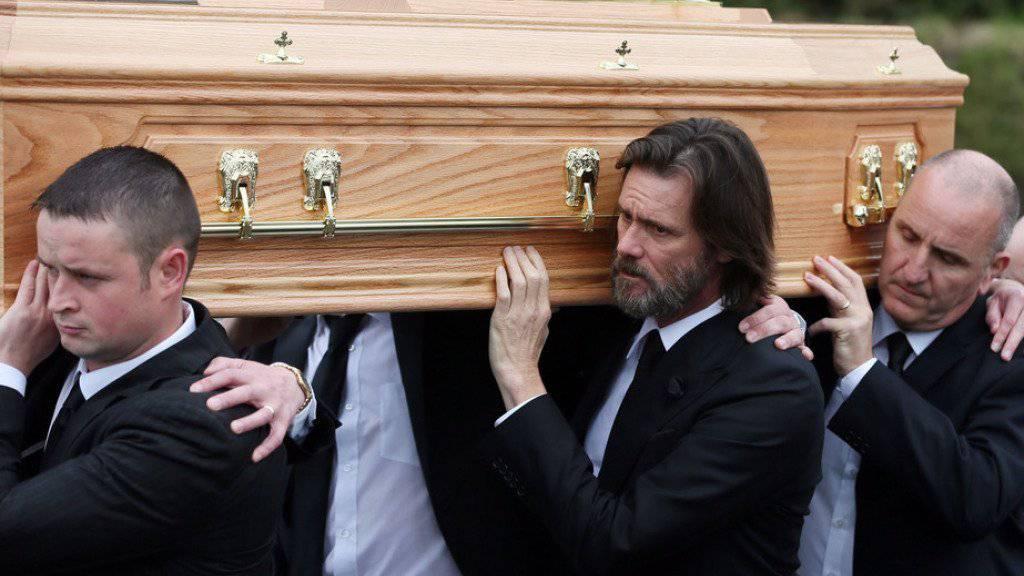 Jim Carrey (Mitte) muss nicht nur den Tod seiner Ex-Freundin Cathriona White verkraften, nun wird der Schauspieler auch noch vom Witwer der Verstorbenen verklagt. (Archivbild)