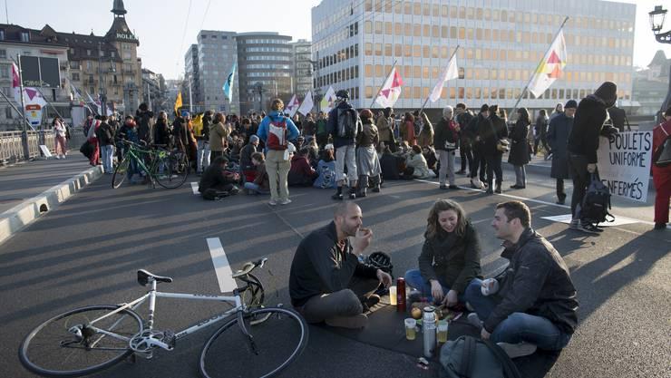 Am 15. April blockierten Klima-Aktivisten eine der zentralen Brücken in Lausanne.