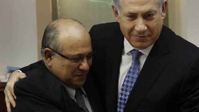 Israels Premierminister Netanjahu (r.) bedankt sich beim scheidenden Mossad-Direktor Dagan (Archiv)