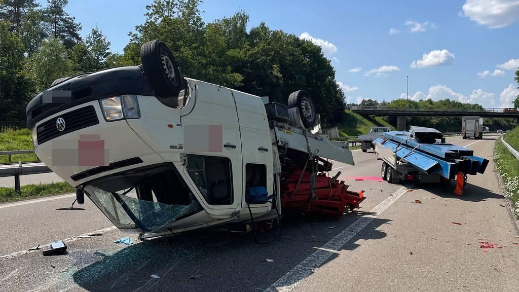 Lieferwagen überschlägt sich auf Autobahn – Lenker wird verletzt