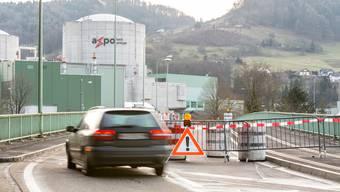 Die Brücke, die aus Richtung Döttingen zur Aareinsel führt, auf der das AKW Beznau steht, ist ab sofort gesperrt.
