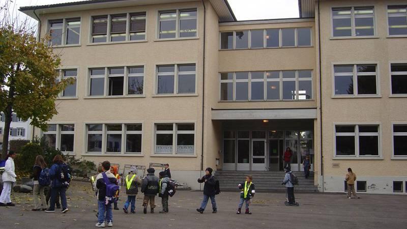 Zurzeit fehlen auf dem Pausenplatz der Primarschule Grund Spielangebote.