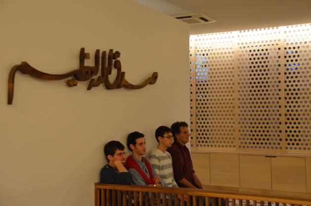 Einige jüdische Kollegen beobachten das Geschehen im Gebetsraum des Islamisch bosnischen Zentrums