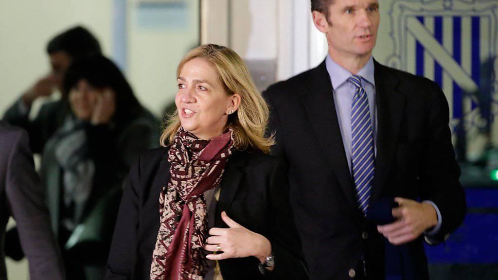 Spaniens Infantin Cristina - die Schwester des aktuellen Königs - und ihr Ehemann Iñaki Urdangarin verlassen das Gericht, nachdem die Richterin den Prozess vorerst vertagt hat.