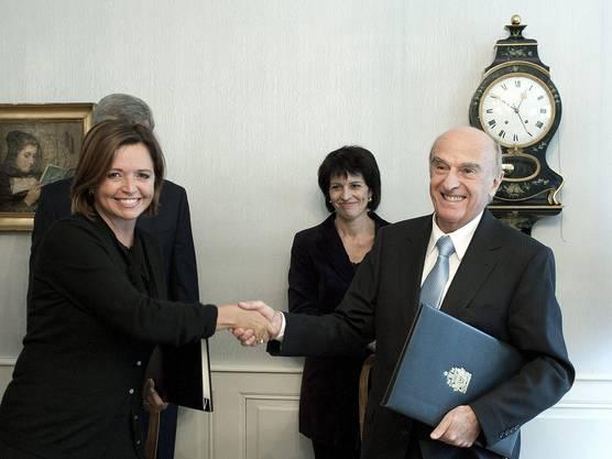 Herzliches Händeschütteln: Josee Verner, Kanadische Ministerin für intergouvernementale Angelegenheiten und Bundesrat Hans-Rudolf Merz.