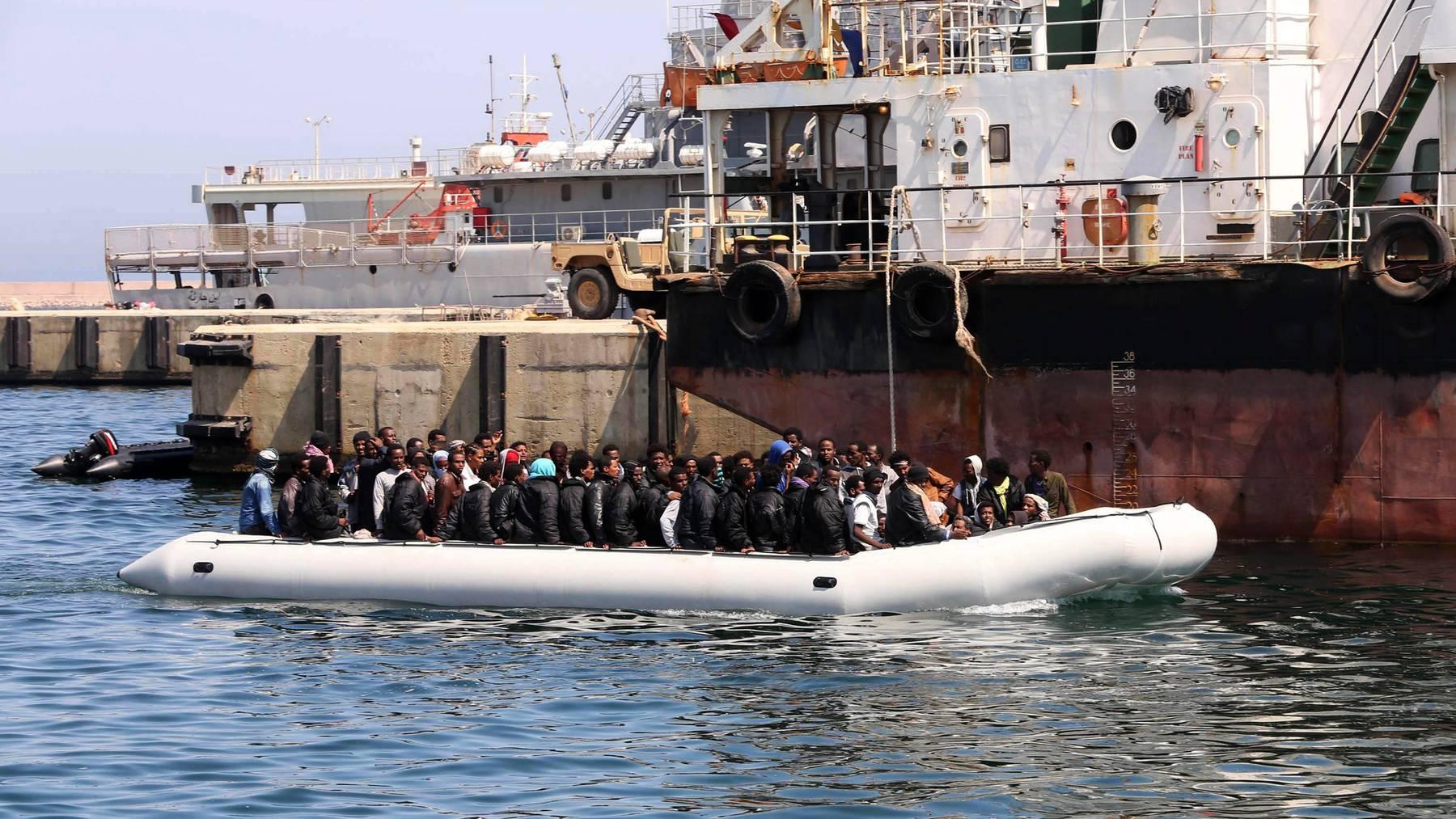 Migranten werden 2015 von der Libyschen Küstenwache abgefangen und in den Hafen von Tripoli zurückgebracht.