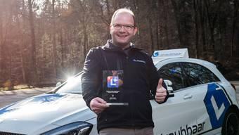Patrick Straubhaar mit der Auszeichnung. Er ist zum dritten Mal der beste Fahrlehrer im Kanton Solothurn.