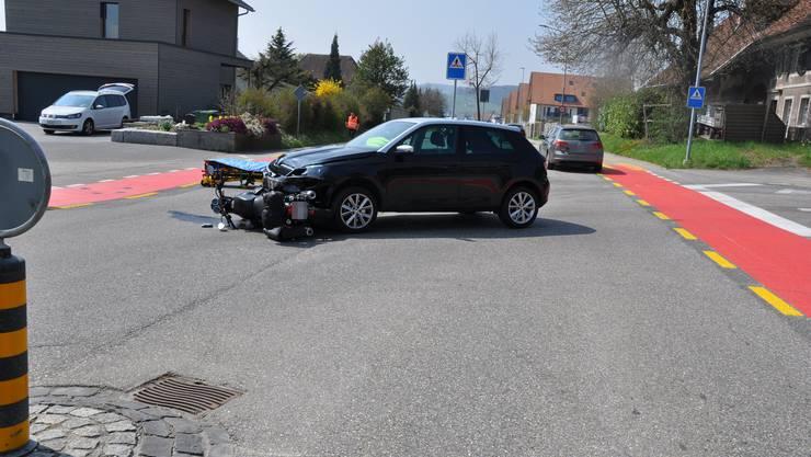 Das Auto erfasste den Motorradlenker beim Abbiegen.