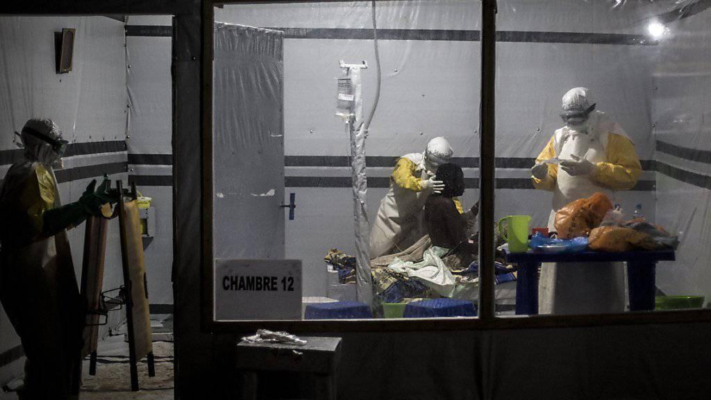 Mitarbeitende von Ärzte ohne Grenzen behandeln einen (noch nicht bestätigten) Ebola-Patienten im kongolesischen Butembo. (Archiv)