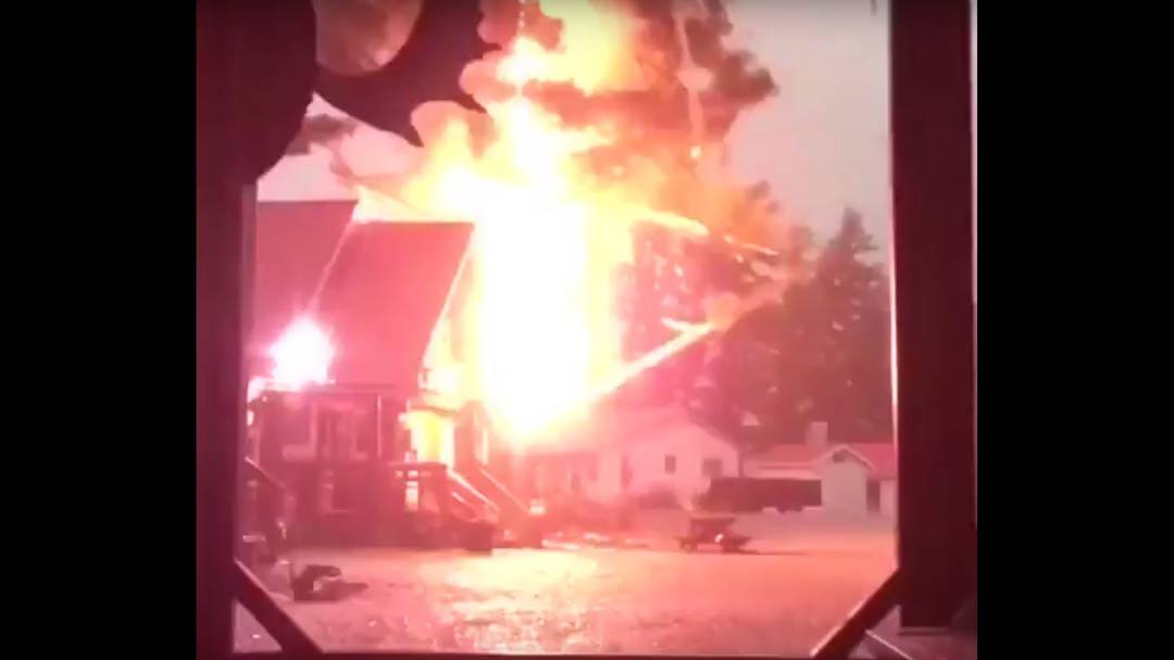 Blitz lässt Baum explodieren