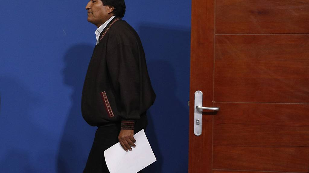 Boliviens abtrentender Präsident Evo Morales erscheint bei einer Pressekonferenz am Militärflughafen El Alto.