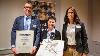 Michael Wesslein, Leiter der Produktion, Monika Meier, Kommunikationschefin, und die Geschäftsleiterin Martina Gerster nehmen im Namen der Härterei Gerster voller Freude den Solothurner Sozialstern entgegen.