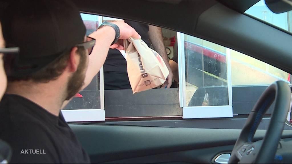 Liebhaber warten am Drive-in 45 Minuten für einen Burger