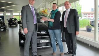 Markus Geissmann (E. Geissmann AG), die Gewinnerin Sabrina Huser Grenacher und Orazio Gentilcore (Ford) bei der Preisübergabe. zvg